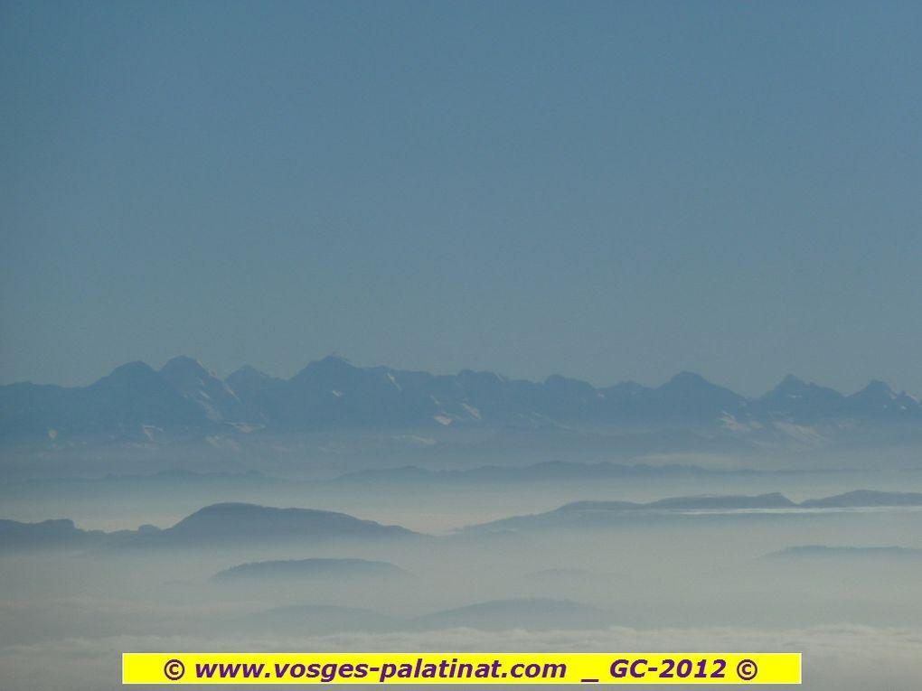 Découverte du plus célèbre sommet badois : le Belchen, ses 1414 mètres d'altitude, ses mers de nuages à couper le souffle et, fin du fin, son panorama légendaire sur les Alpes suisses et autrichiennes ... Le site vaut le voyage, croyez-moi !