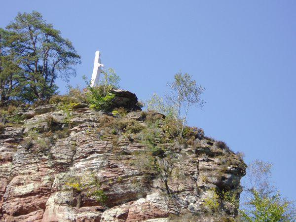 Découverte d'un site rocheux peu connu et peu fréquenté du Palatinat allemand, mais possédant une statue de la Madonne en son sommet : le Hinzenfels, dominant Fischbach-bei-Dahn.