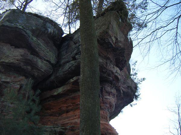 Découverte d'un monolithe gréseux portant les vestiges d'un ancien château-fort médiéval en son sommet : le Ruppertstein, au-dessus de Ruppertsweiler !