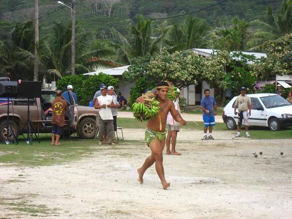 Les jeux Tahitiens : course de porteurs de fruits, concours du levé de pierre, concours de débourrage de noix de coco...