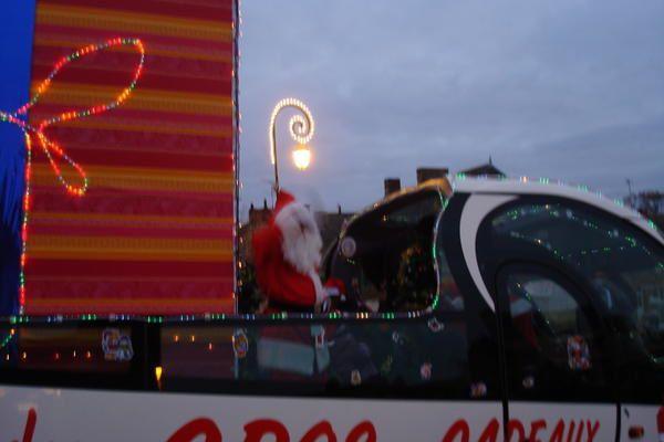 Arrivée du père Noêl à Messac -Guipry Decembre 2008 Dans son Cabriolet tout illuminée..Distribution de Friandises et de petits pains au chocolat