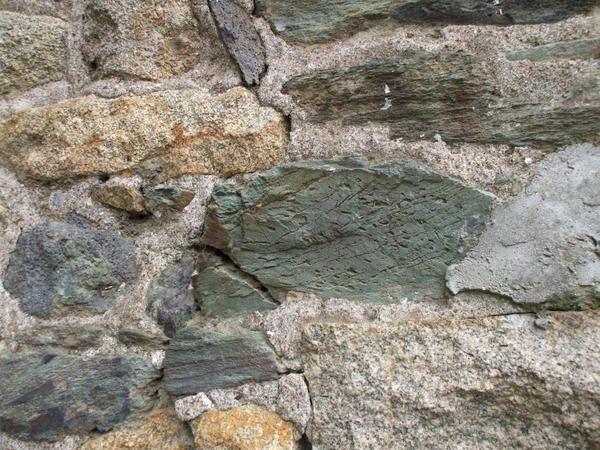 Les murs ont des oreilles, nous le savons. Mais ils savent aussi nous parler de la geologie du coin. Sachons les regarder et aussi les ecouter.