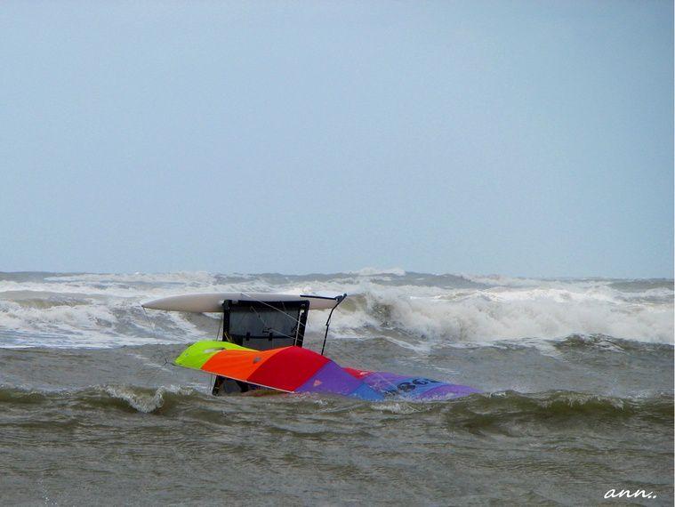 mer bateau sable vagues