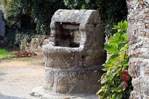 Les puits encore visibles dans le bourg ou à proximité.Des puits vus au cours de différents viyages.