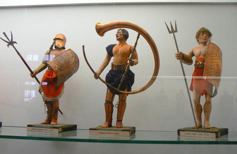 Figurines militaires dans les vitrines des halls du musée de l'Armée