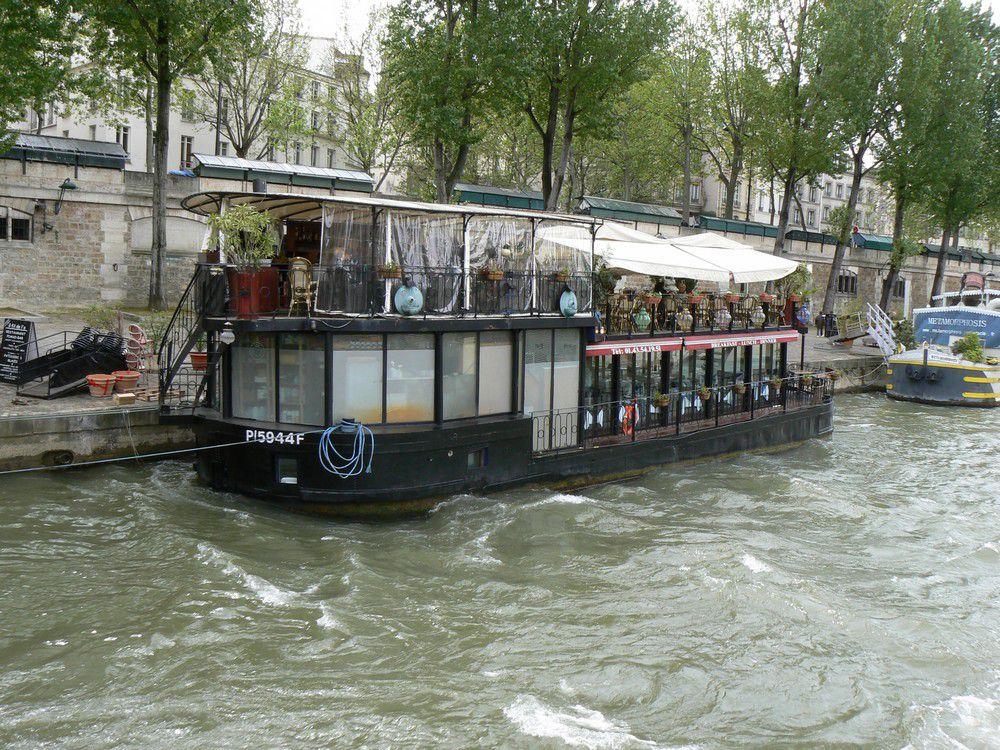 De nombreux bateaux naviguent (ou pas) sur la Seine pour les balades, le commerce et le transport industriel
