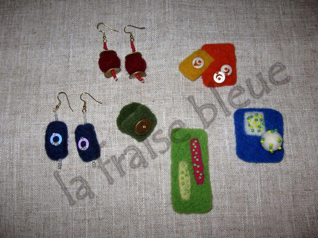 Diverses créations en laine cardée : broches, barrettes, perles...