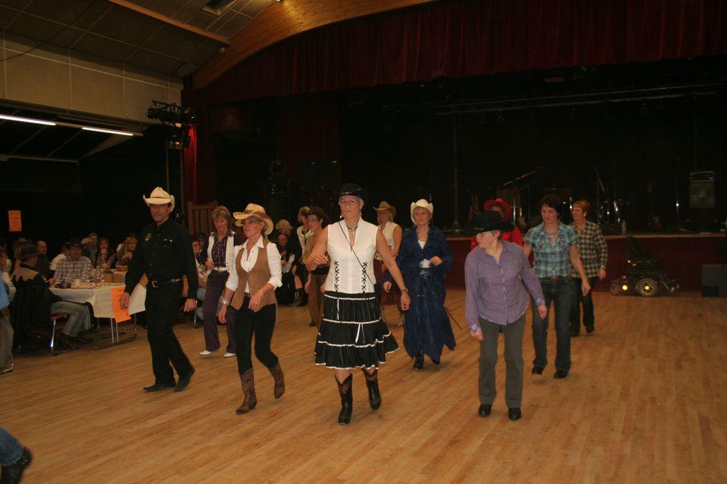 Chapeaux, santiags, quelques notes de musiques country et le Crazy Country Band envahit le parquet !