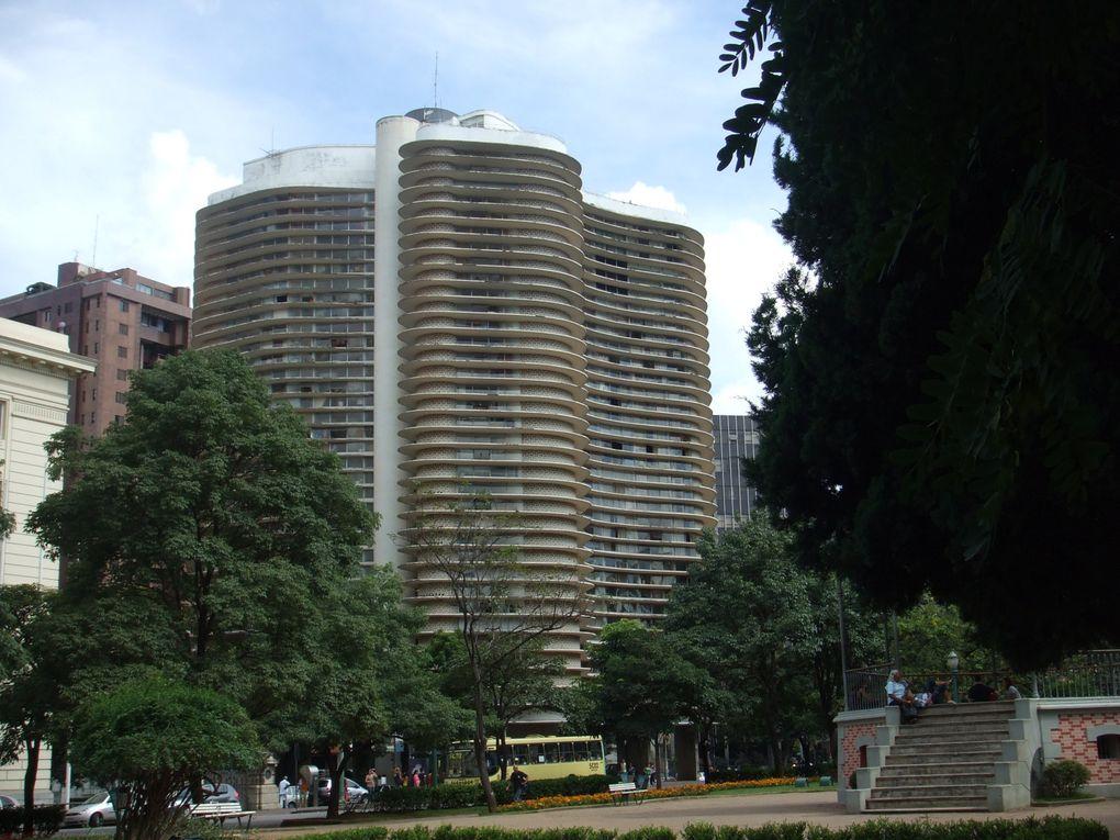 Une des capitals économique du Brésil. Situé dans le Minas Gerais... Un très bel état parait-il! La capital n'a rien d'extraordinaire.