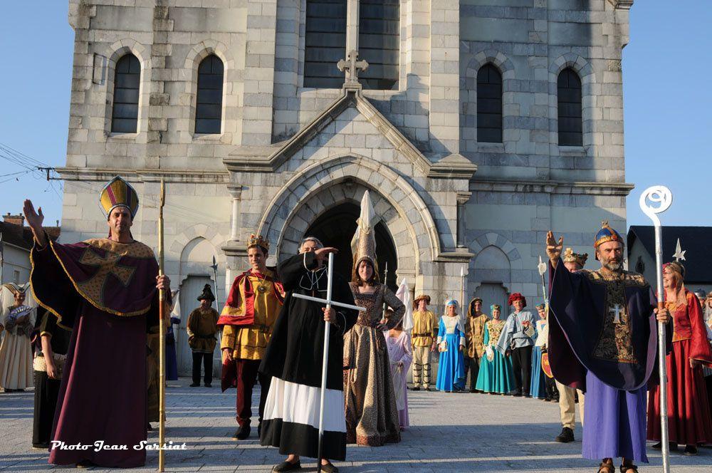 La fête de l'espadrille et la noce médiévale : un mariage réussi pour un éclatant 15 août au cours duquel on a fait la fête et la noce, à Mauléon, capitale de la province basque de la Soule, et capitale mondiale de l'espadrille ...