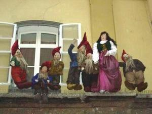 Les ruelles de la vieille ville d'Innsbruck (Tyrol) offrent un calendrier de l'avent en contes. Partons ensemble à la découverte de « Jean le chanceux », « Max et Moritz », « le Géant Haymon »… Lancez le diaporama !
