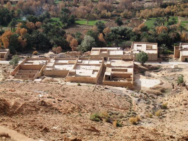 Cet album présente des photos commentées de villages ruraux au Maroc, ainsi que des paysages typiques.