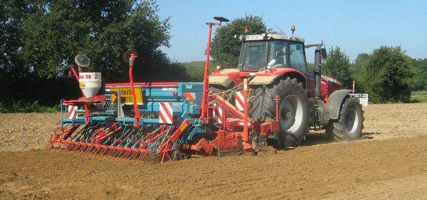 Le travail par entreprise nous permet d'avoir accès à du matériel que nous n'avons pas puisque notre ferme est trop petite. Ce fut le cas en août pour le semis de l'engrais vert de la parcelle que nous avons drainée l'été 2009.