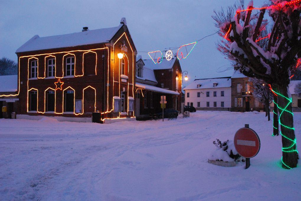 le noel de la commune de St MAULVIS, la remise des cadeaux aux enfants par le père NOEL et par le maire des colis des ainés ensuite a eu lieu la collatione