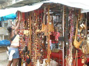 Un port effervescent, les vestiges d'un passé agité, un marché pittoresque et bariolé, des ruelles animées, un bref aperçu de Belém do Para et de son atmosphère populaire.