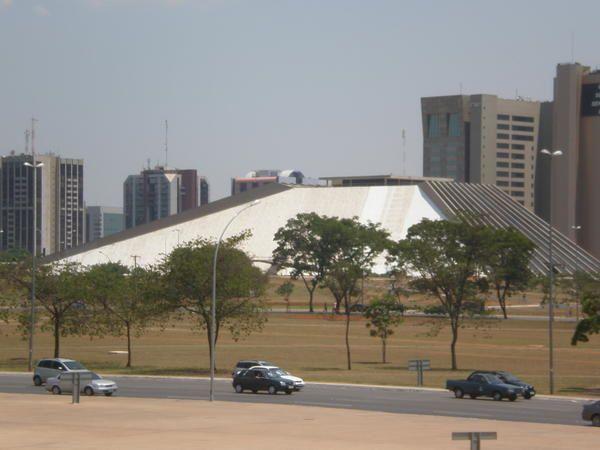Capitale futuriste surgie au milieu de nulle part, joyau d'architecture moderne, Brasilia et ses larges allées automobiles, ses immeubles administratifs et ses monuments grandiloquents...