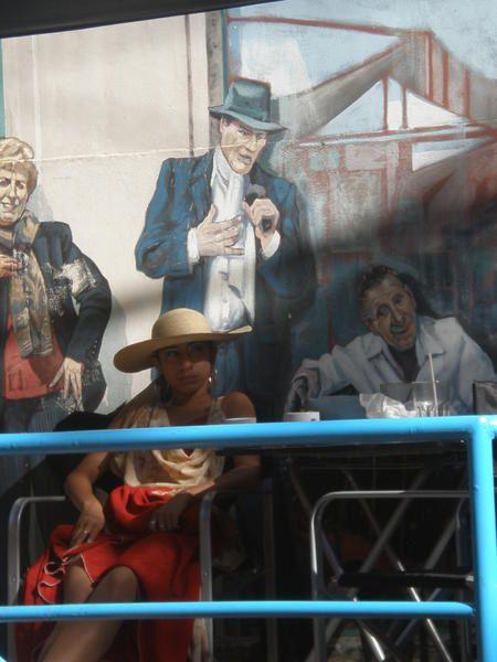 """Buenos Aires : un peu Paris, un peu l'Italie, le tout dans la lumière, l'effervescence et la démesure sudaméricaines. De San Telmo à La Boca, de Puerto Madero à La Recoleta... sur un rythme de """"dos por cuatro"""", """"La Reina de la Plata"""" offre sa po"""