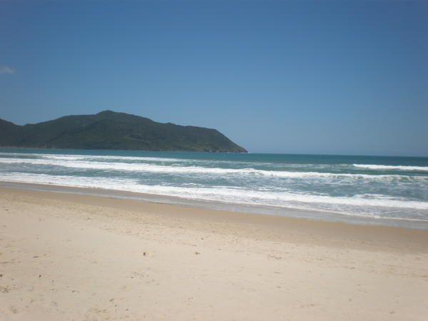 Floripa, pour les intimes, et l'Ilha de Santa Catarina : plages à perte de vue, végétation luxuriante, activités sportives, casse-croûtes sur le pouce, sieste dans le hamac... le début des vacances, ça promet pour la suite !