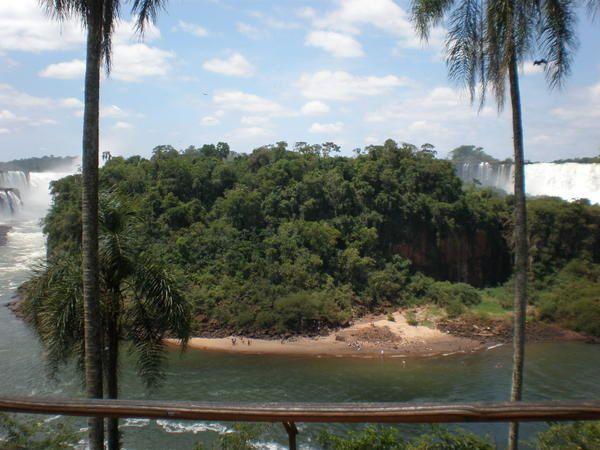 """Dans la lumière d'une resplendissante journée d'été, les chutes d'Iguazu du côté argentin : des centaines de points de vue, dans un crescendo de beauté qui atteint son apogée à la """"Garganta del Diablo"""" (""""Gorge du Diable""""), où arc-en-ciel et"""