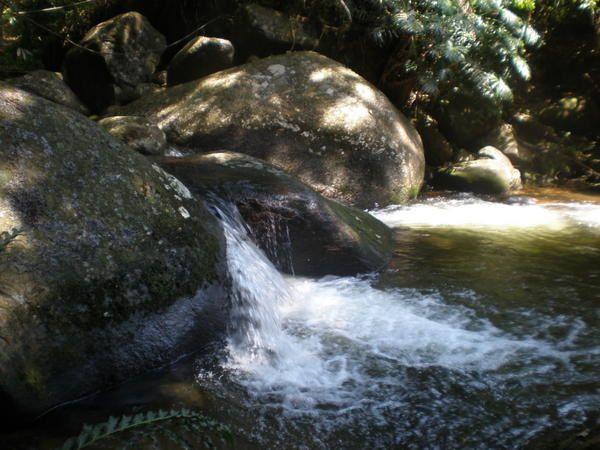 """Ilhabela, la bien-nommée : plages de rêves, rafraîchissantes """"cachoeiras"""", sentiers discrets, chaudes soirées d'été propices à l'amitié... au sens brésilien &#x3B;-) !!!"""