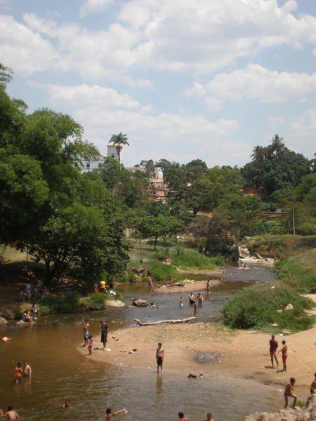 """Pirénopolis, petit bourg colonial de l'Etat du Goias, ses rues pavées, ses maisons colorées, ses fazendas, et, à quelques kilomètres seulement, ses inoubliables """"cachoeiras"""" (cascades), oasis de fraîcheur dans la sécheresse du """"cerrado""""..."""
