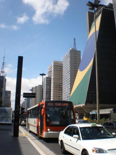 Folle métropole : São Paulo avec ses quelques poumons verts et son artère célèbre, son marché couvert, ses musées d'art et son histoire...