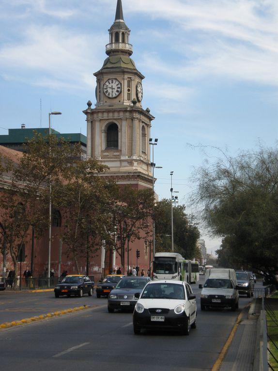 Santiago, jeune, dynamique, effervescente, mais aussi catholique, conservatrice et peu encline à parler politique : une ville à l'image de ses habitants, accueillants et chaleureux, que ce soit dans la turbulence des bars branchés, dans la nonchal