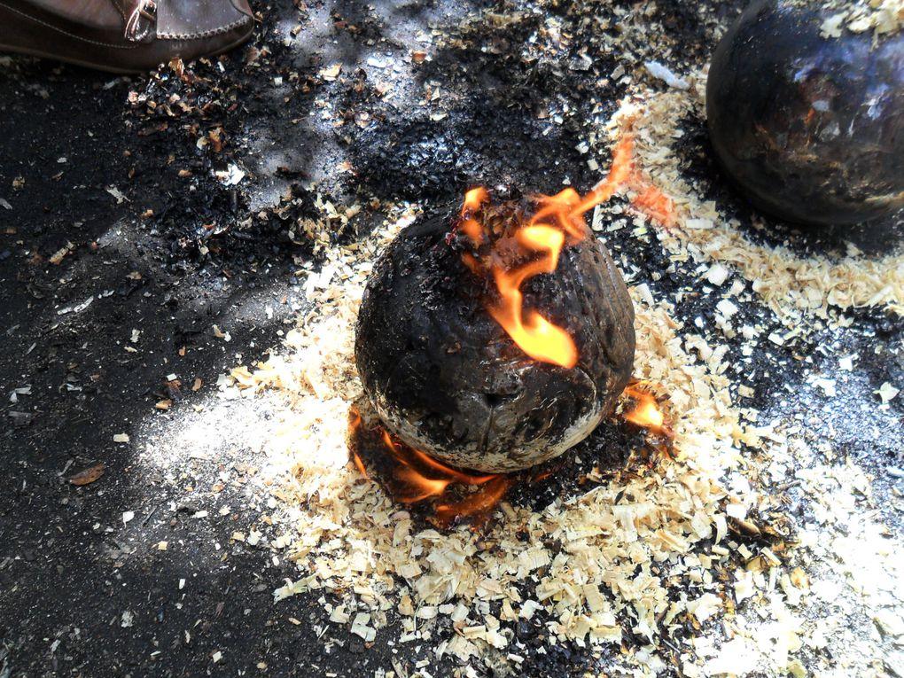 la boule representant la terre est realisée aux colombins le petit village s'éclaire par une guirlande éléctrique fixée à l' intérieur
