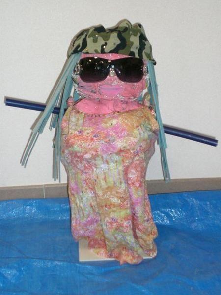 """Réalisations de sculptures d'assemblage par des élèves de 4ème dans le cadre d'une intervention au collège """"Le Pendillon"""", sur le thème de la citoyenneté: visite d'un centre de recyclage des déchets, transformation des matériaux..."""