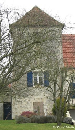 Le village de Villeneuve-sur-Verberie appartient au canton de Pont-Sainte-Maxence et à l'arrondissement de Senlis