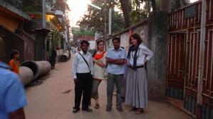 Nous découvrons le quartier de Old Dhaka, bien plus paisible que New Eskaton où nous sommes. Pas de circulation aux abords du fleuve Buriganga, seulement quelques vélos, rickshaws et passants...