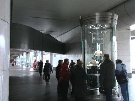 """Exposition de la porcelaine russe, Moscou, métro, station """"Vorobyovy Gory"""" (""""Montagnes des Moineaux"""")."""
