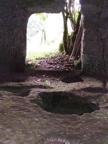 Cluzeaux et sarcophages à Saint-Pardoux de Mareuil (24340)