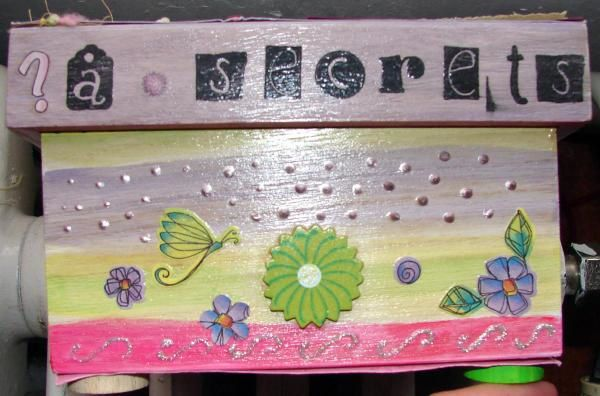 Petit meuble refait entièrement.frise dans la chambre de mes petits.Une boite à mouchoirs.Petit album pour mes petits lors d'une sortie à Touro Parc. pas fini.