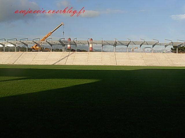 Photos de l'avancer des travaux de stade prise le jeudi 11 juin :-Tribune JB Poli : on constate qu'il y aura un prolongement de la toiture derrière la tribune pour q'on soit à l'abri quand on rentre ou quand on sort de la tribune en cas de mauvai
