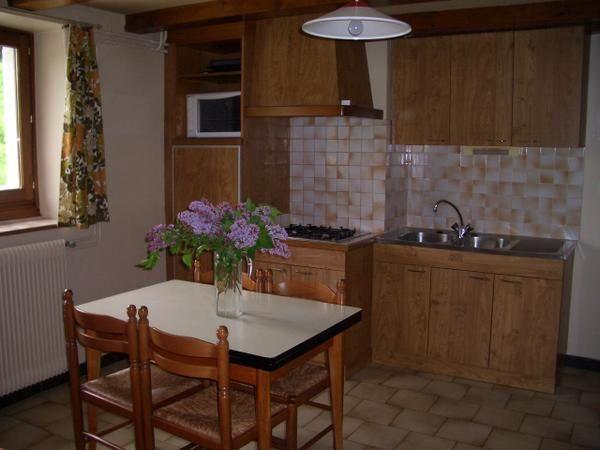 un appartement de 4 personnes de 40 M2 situé au RDC de la ferme, comprenant une chambre (lit double et 2 lits superposés) , un séjour-cuisine équipé, une salle d'eau et un wc. Possibilité de stocker du matériel de loisir. Animaux de compagnie