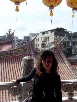 première sortie de classe : Bao An temple est avec Longshan temple, un des plus beau temple de Taipei .Il est situé au Nord, une région dans laquelle il y en a très peu. Ce temple est donc très fréquenté. Calme, encens, fleurs, lampions et off