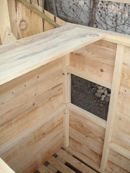 Une micro-cabane chalet suisse, sur la base d'une palette de bois.Avant et après restauration