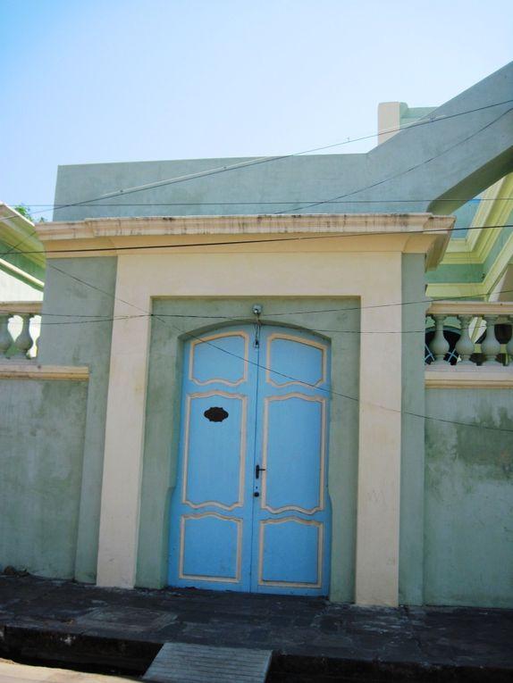 Qu'elles soient restaurées, abandonnées, tamoules ou européennes les maisons de « la ville blanche », l'ancien quartier français, sont là pour nous faire rêver. On s'installerait bien pour quelques mois d'hiver rue Romain Rolland, rue