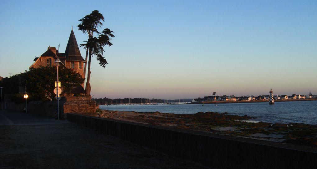 Début septembre. Avant 7h00 du matin, lever du soleil sur la plage du Langoz, son phare, l'Île-Tudy et le phare de la Perdrix.