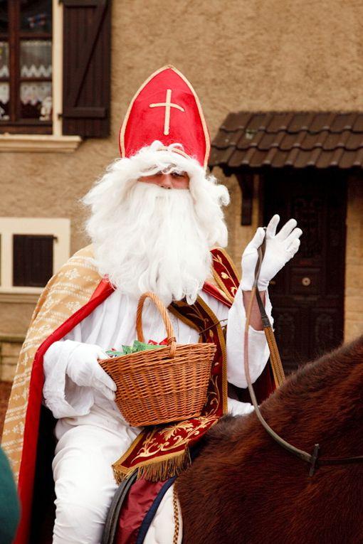 Les traditions ont été respectées. Petite innovation en 2009. Saint-Nicolas est arrivé à cheval...