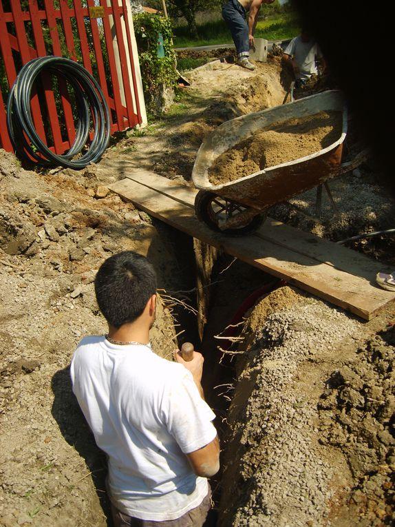 Un dur samedi de travaux, mais grâce à vous nous voilà raccordé au tout à l'égout et à l'eau! Un grand merci...