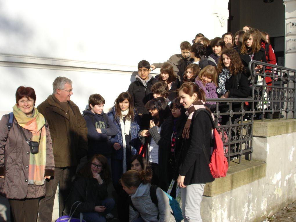 Nos correspondants en visite à Paris: photo de groupe à Rocroy et devant la Géode - février 2010. Mars 2010-Leichlingen: notre voyage, photos du collège et des excursions.