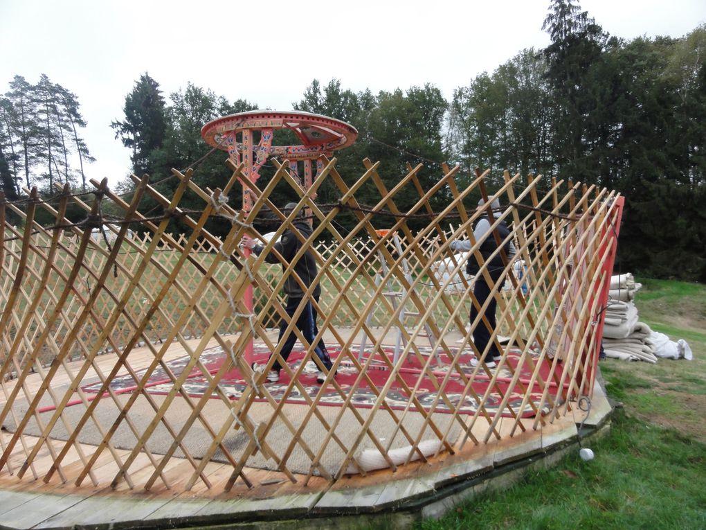 Habitat nomade de Mongolie, la yourte est appréciée pour sa forme ronde et son aspect de maison de poupée... Capacité 2, 4 ou 5 personnes &#x3B; bloc sanitaire à proximité... Voir www.yourtes-en-perigord.com. Pour toutes réservations, contactez nou