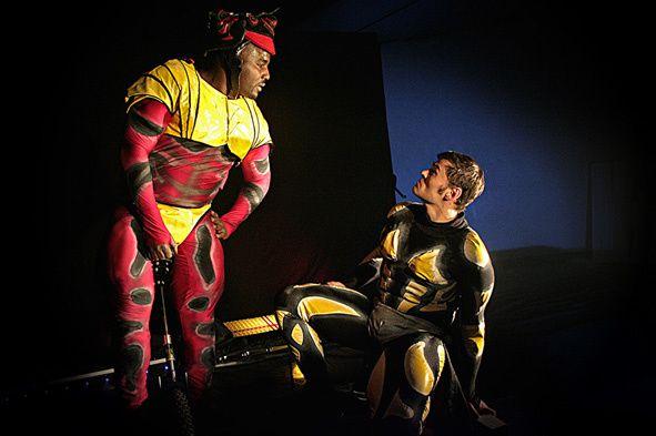Saurez-vous reconnaitre les différents super-héros parodiés par les deux acrobates ?