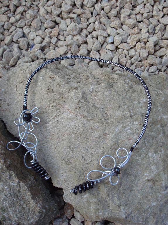 """""""La poésie de l'Eglantine""""collier en fil d'aluminium ce qui les rend flexibles et ainsi adaptables à tous les décolletés(cliquez sur les photos pour savoir le prix ou la disponibilité. les frais de port ne sont pas compris)"""
