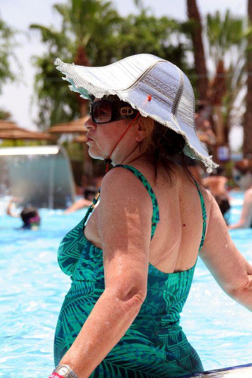 Les 10 commandements pour des vacances parfaitement réussies à Eilat...1/ Tu ne te baigneras pas sans un chapeau, ni lunettes de soleil2/ Tu seras botoxée, au nez refait et surtout siliconée, que tu sois jeune ou vielle, belle ou vilaine, a