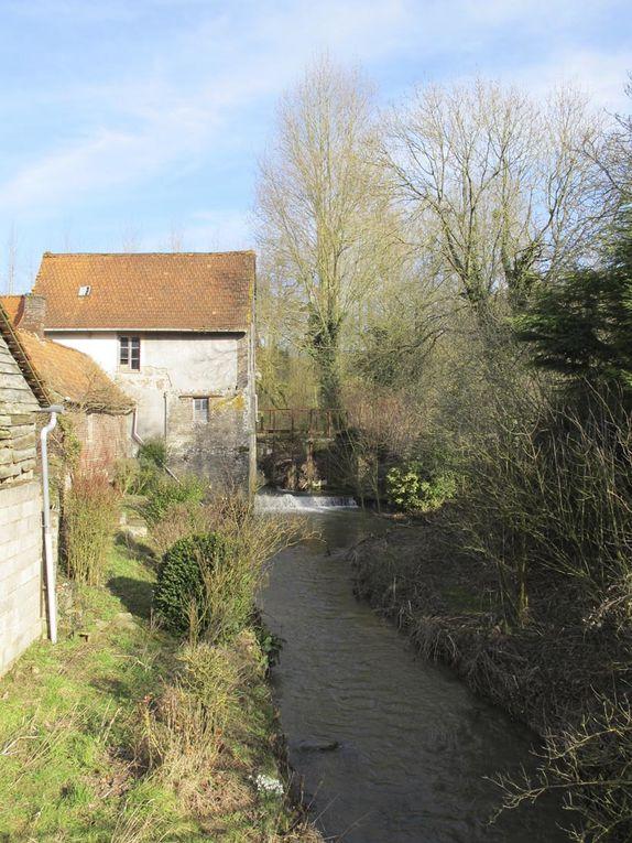 Villages du Pas-de-Calais, jolis clochers et petits cours d'eau qui traversent les bocages, parfois au fond d'une vallée, le long du tracé sinueux de la rivière un vieux moulin s'offre au regard observateur...