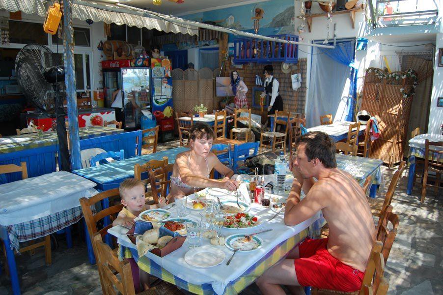 Août 2011. Oscar, Lisa & Gilles nous rejoignent à Lesbos.De Molivos, nous irons sur l'île d'Aspronisos, puis après un bref arrêt à Mitilène, une dernière halte à Plomari dans le Sud.Je repars ensuite seul vers Loutra.