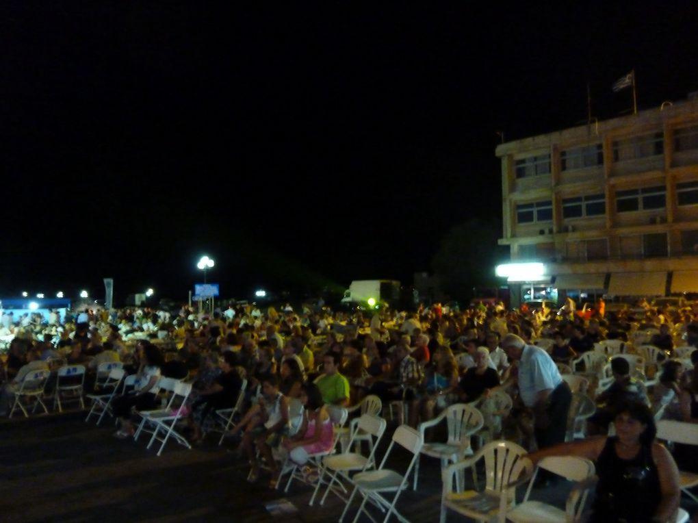 Départ de Loutra. Une amie dijonnaise, Michèle, arrive d'Athènes et va accompagner Anak jusque Molivos. Premier arrêt-natation à Mersinia et arrivée à Plomary en plein festival de l'Ouzo dont Plomary est la capitale.